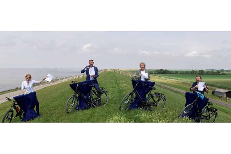 Bestuurders tekenen op unieke locatie voor fietsen langs Waddenzee